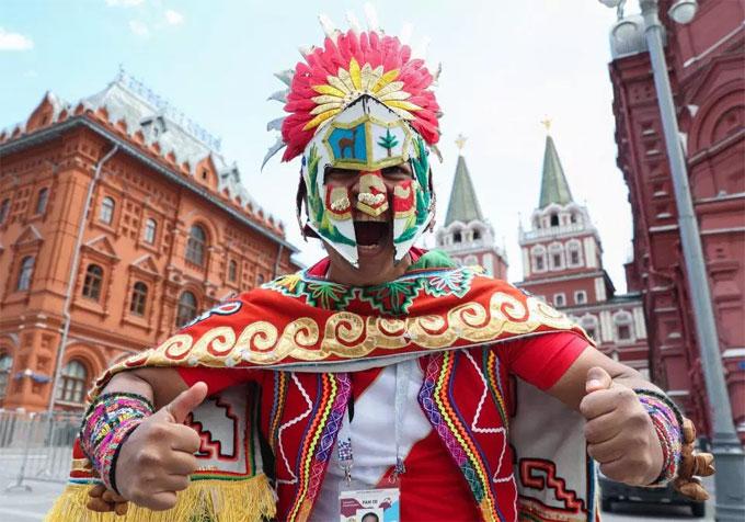 CĐV hóa trang thành chiến binh đầy màu sắc diễu hành trên đường phố Nga.
