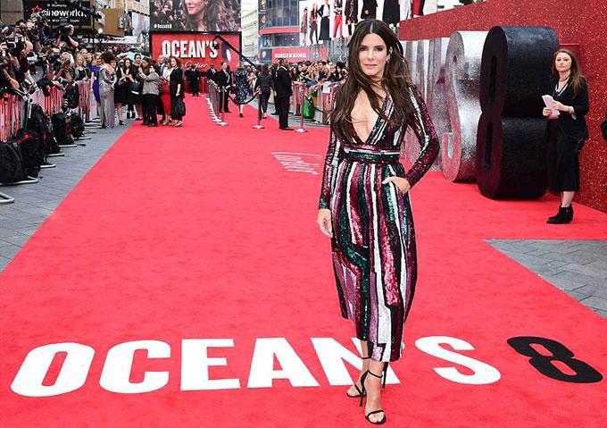 Buổi lễ ra mắt phim ở London tối 13/6 được tổ chức hoành tráng với sự tham dự của rất nhiều ngôi sao. Minh tinh Sandra Bullock khoe dáng trong bộ đầm thương hiệu Zuhair Murad.