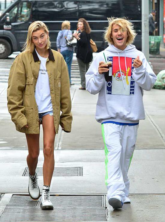 Justin Bieber vui vẻ sánh đôi đi dạo với Hailey Baldwin trên đường phố New York hôm 13/6.