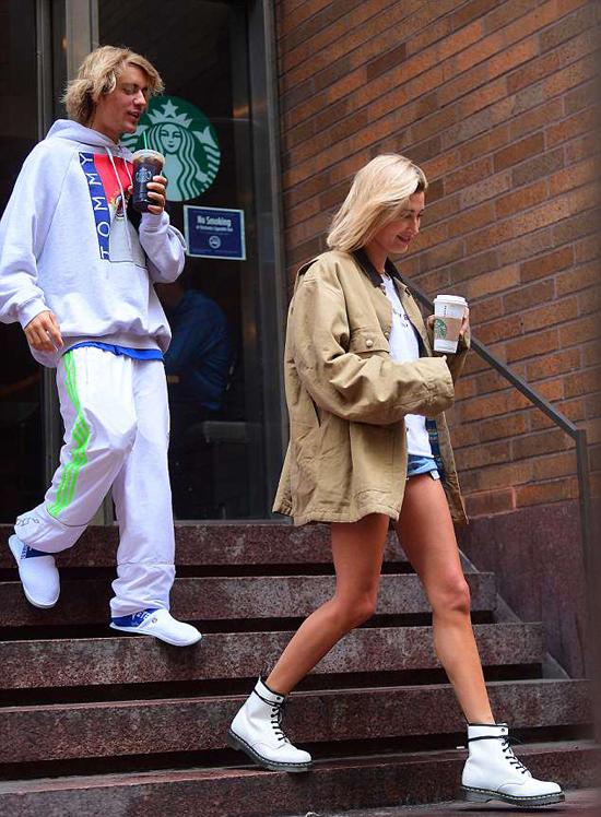 Justin không ngừng mỉm cười khi rời quán cafe với Hailey. Nguồn tin chia sẻ trên tờ Us Weekly, hai ngôi sao đang hẹn hò trở lại: Hailey luôn yêu Justin và họ vốn là những người bạn thân thiết của nhau. Bởi vậy không ngạc nhiên khi họ hẹn hò lần nữa.