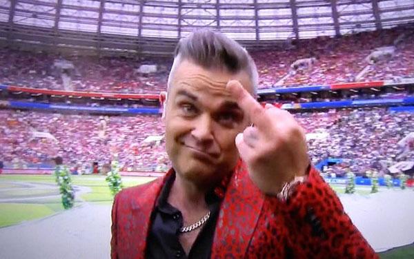 Ca sĩ người Anh giơ ngón tay thối. Ảnh: NN.