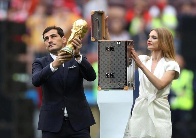 Cựu thủ thành tuyển Tây Ban Nha Ilker Casillas vinh dự là người mang chiếc Cup vàng ra sânLuzhniki ở thủ đô Moscow chuẩn bị cho lễ khai mạc.