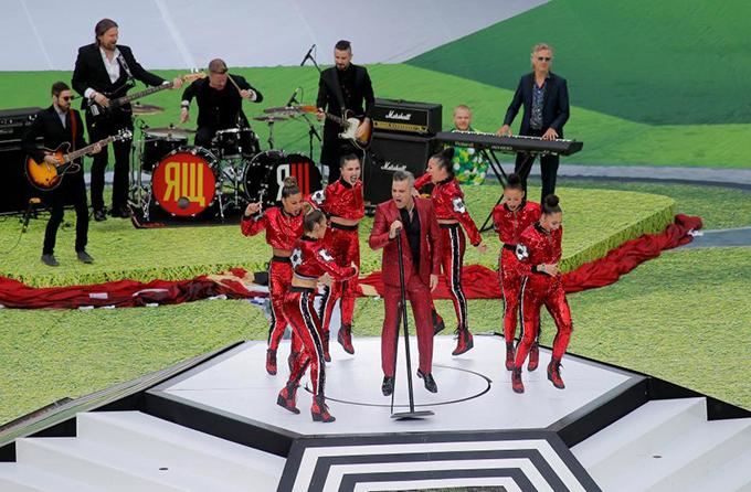 Nam ca sĩ người Anh Robbie Williams biểu diễn ba ca khúc trong lễ khai mạc.