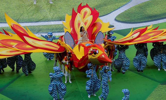 Sau phần biểu diễn đầu của Robbie Williams,nữ ca sĩ opera của nước chủ nhàAida Garifullina xuất hiện trên hình tượng một chú chim lớn, hát một ca khúc ca ngợi nước Nga.