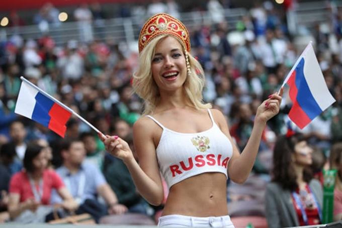 CĐV nữ xinh đẹp của nước chủ nhà Nga.