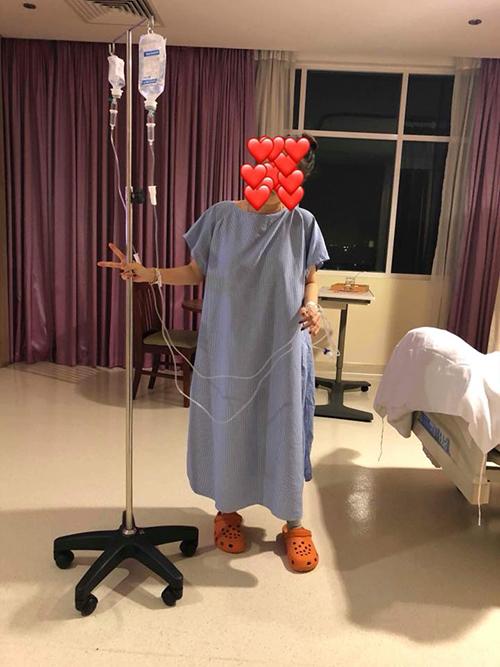 Ngay sau khi sinh con, Khánh Thi đã có thể xuống giường đi lại. Phan Hiển thông báo tới người hâm mộ tình hình sức khoẻ đã ổn định của bà xã.