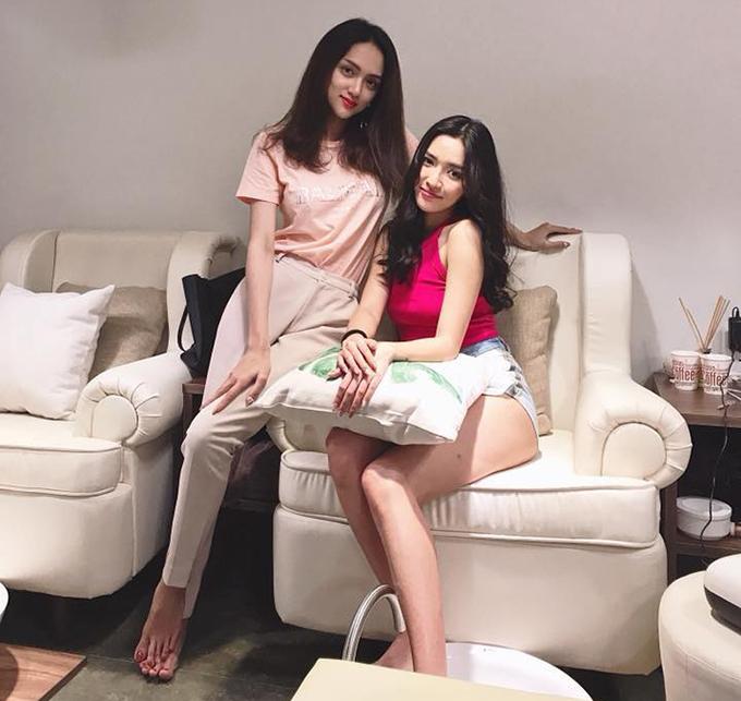 Bích Phương tới tiệm nails của Hương Giang Idol để chăm sóc bộ móng tay và được đích thân bà chủ hoa hậu ra tiếp đón.