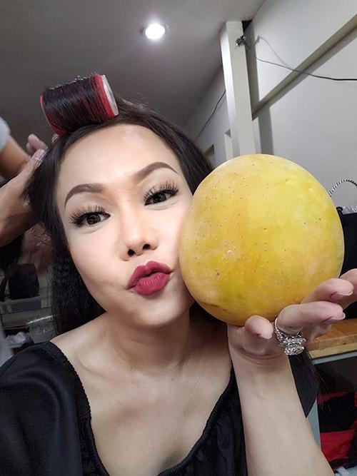 Việt Hương khoe trái xoài bự được ông xã tặng để chúc show diễn thành công.