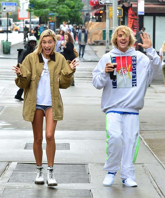 Cả hai rất thoải mái khi thấy paparazzi chụp hình và thậm chí còn vẫy tay chào và trêu đùa.