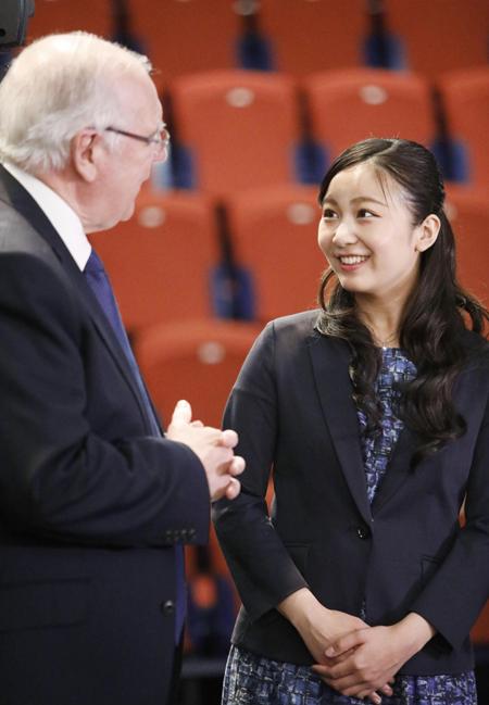 Kako thoải mái trò chuyện với một trong những giáo sư tại trường Đại học ở Anh: Ảnh: Japan Times.