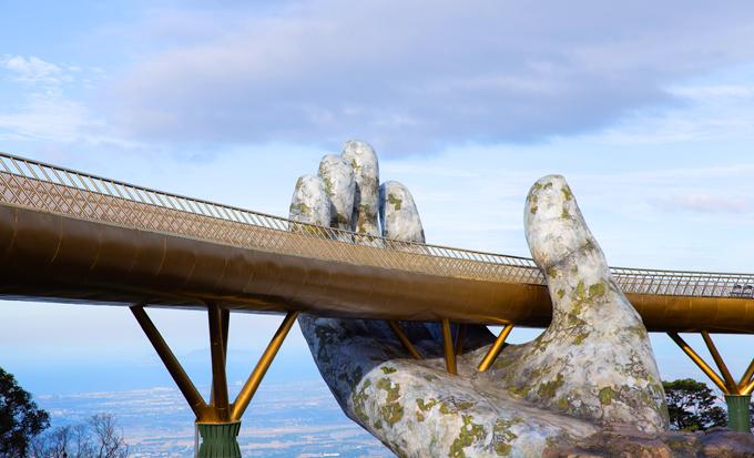 Cầu Vàng nằm ở độ cao 1414 métso với mực nước biển. Cầu dài 148,6 mét được thiết kế mạnh mẽ nhưng vẫn mềm mại được nâng đỡ bởi tạo hình bàn tay khổng lồvươn ra từ thung lũng.