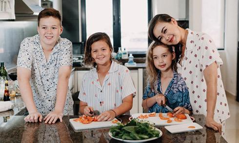 Ba con lai trổ tài làm bếp cùng mẹ Ngọc Nga