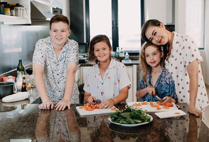 Bốn mẹ con quây quần trong căn bếp để cùng nhau chuẩn bị bữa sáng.
