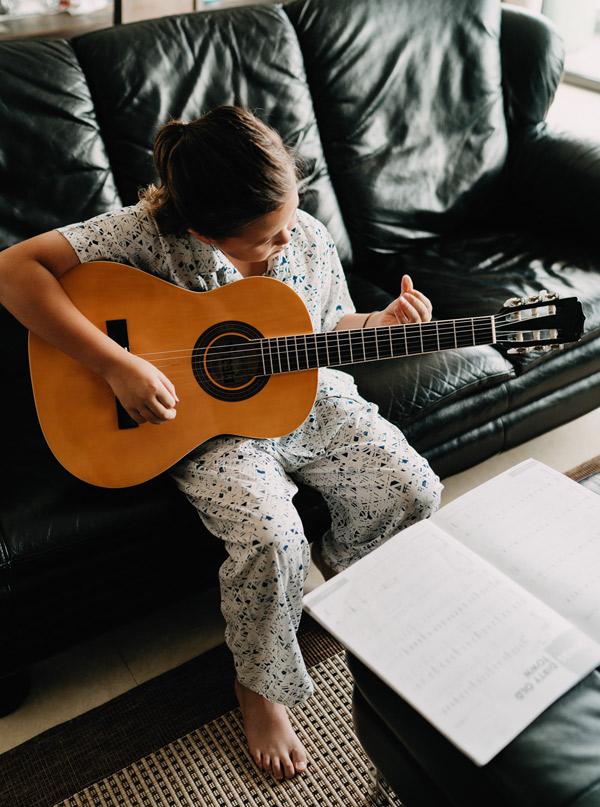 Các con của Ngọc Nga sớm bộc lộ năng khiếu nghệ thuật. Edwards thích chơi guitar.