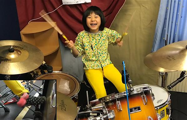 Yoyoka tràn đầy năng lượng khi chơi trống.