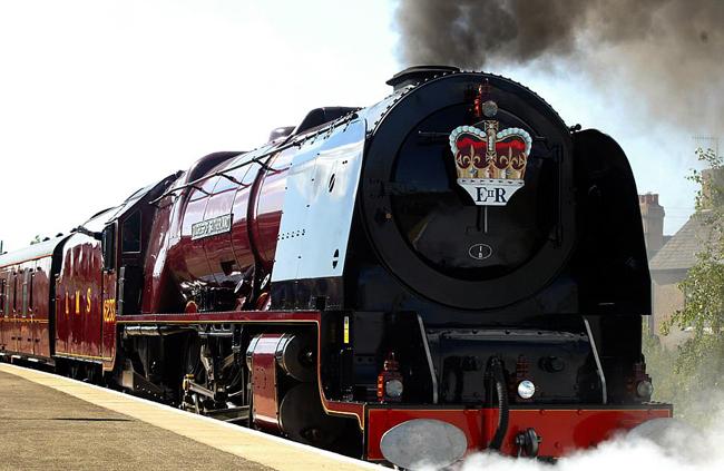 Đoàn tàu có ký hiệu riêng của Nữ hoàng Anh. Ảnh: PA.