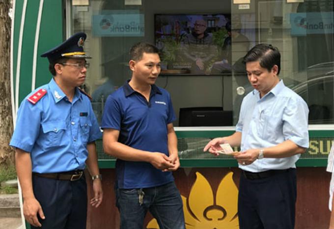 Tài xế Vọng chuyển số tiền gian lận của khách du lịch thông qua đại diện Sở Du lịch hà Nội. Ảnh: KTĐT