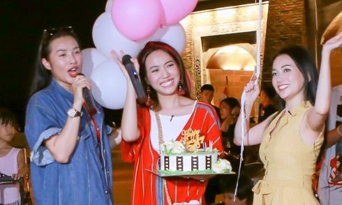 Diệu Nhi ngơ ngác khi được hội bạn thân mừng sinh nhật muộn