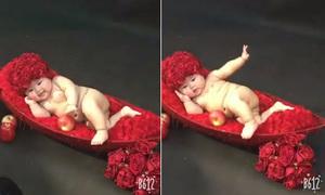 Em bé tạo dáng chuyên nghiệp như người mẫu ảnh