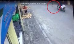Bé 2 tuổi chạy sang đường suýt bị xe máy tông trúng