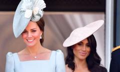 Lý do Meghan đứng sau chị dâu Kate trên ban công cung điện