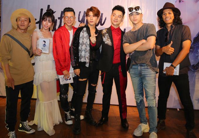 Soobin Hoàng Sơn (thứ hai từ phải qua) từng thi Ngôi sao Việt 2014 với Tùng Mini và giành giải Á quân. Anh khen giọng hát của Tùng Mini dày, ấm, nhiều triển vọng sẽ tỏa sáng trong thời gian tới.