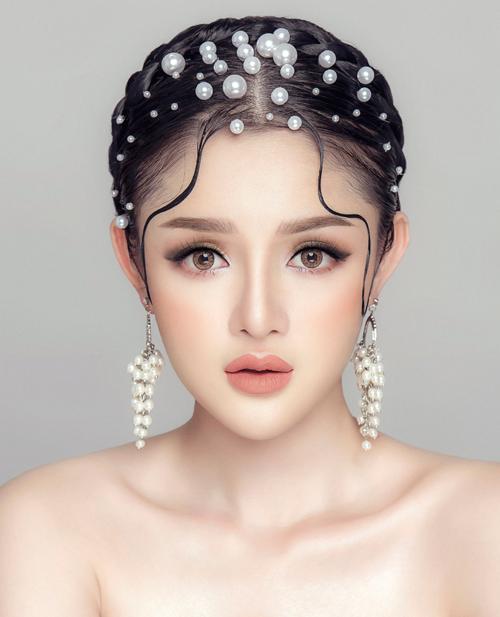 Trang điểm mắt màu khói nhẹ(soft smokey eyes) được Lynsey Alexander sử dụng cho bộ sưu tập của nhà thiết kế quen thuộc tại Tuần lễ thời trang Paris, Ann Demeulemeester. Với lớp nền được đánh mỏng để tôn vinh nước da khỏe khoắn, đôi mắt khói mơ màng sẽ khiến bạn trở thành một nàng thơ đích thực.