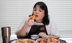 Thánh ăn Hàn Quốc bày cách 'lăn vào bếp' với 2 món tôm kinh điển