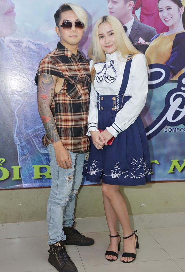 Khánh Đơn gây chú ý khi xuất hiện bên bạn gái sinh năm 1995. Anh bật mí tên người yêu là Huỳnh Như. Cô từng tham gia một số phim sitcom như Hợp đồng thể xác, Con mồi và đóng MV cho các ca sĩ Nhật Kim Anh, Nhật Tinh Anh. Cặp đôi hẹn hò khoảng một năm nay.