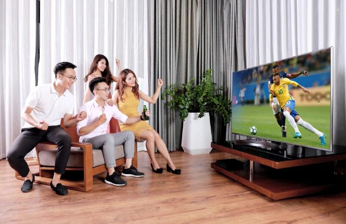 TV LG với màn hình lớn, sắc nét sẽ giúp các hội bạn chiêm ngưỡng rõ hơn nhưng pha bóng đẹp mắt.