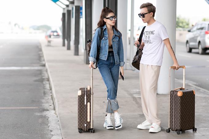 Người đẹp 21 tuổi mặc đồ jean, mang giày thể thao giá hơn 1000 USD, kéo vali hàng hiệu 80 triệu đồng,khoe vẻ sành điệu, cá tính.