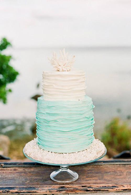 Xanh ngọc là màu sắc liền kề giữa xanh lá cây và xanh dương. Gam màu này đem lại cảm giác thư thái và thanh bình. Vì vậy, một chiếc bánh cưới mang màu sắc này và đượctrang trí thêm ngọc trai sẽ tạo nên dấu ấn khó quên trong hôn lễ của bạn.