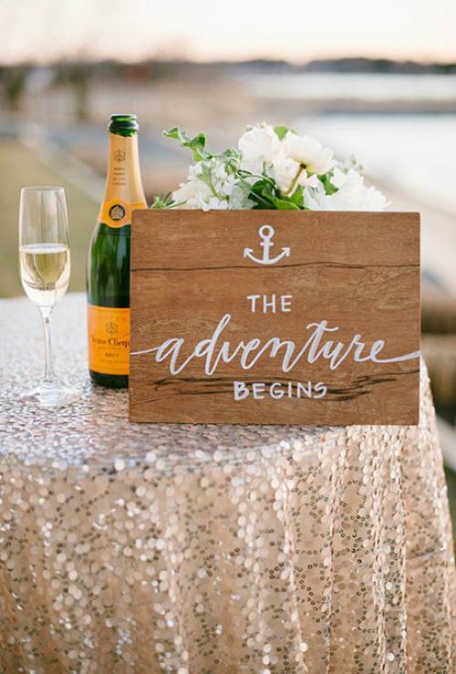 Chiếc bảng chào mừng khách mời có hình mỏ neo và lời đề tựa The Adventure Begins (tạm dịch Hành trình bắt đầu)ngụ ý về một cuộc sống mới của hai vợ chồng.