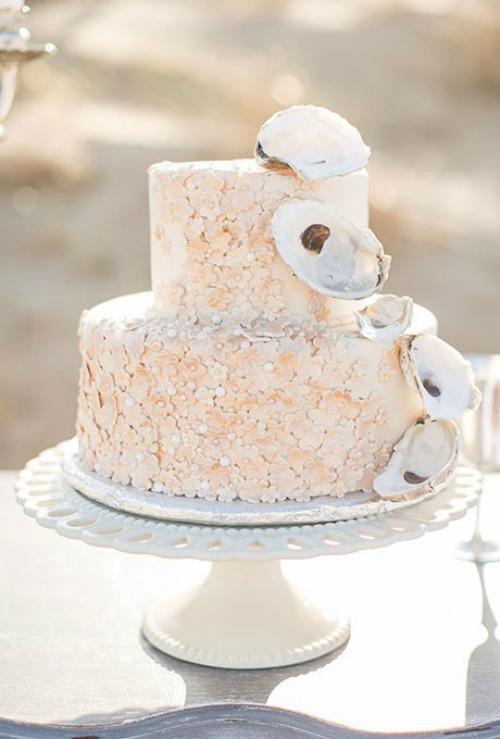 Một ý tưởng độc đáo kháclà gắn những chiếc vỏ sò lên thân bánh màu vàng cam. Điều này giống như bạn mang cả đại dương đến đám cưới.