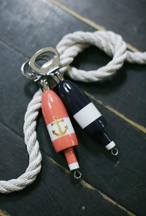 Khui nắp bia in hình mỏ neo và mang tông hồng cam, màu xanh đậm cũng là một ý tưởng không tồi.