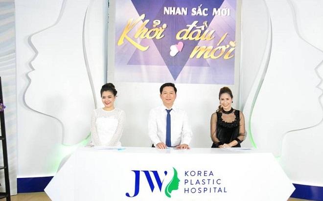 Tiến sĩ, bác sĩTú Dung (giữa) nói về trường hợp của Thanh Tuyền.