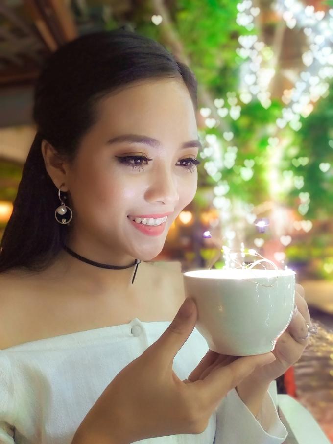 Trang điểm thật đẹp, rót hằng hà trái tim vào ly cà phê sữa gửi đến người trong mộng. Chàng trai nào lỡ từ chối màn tỏ tình ngọt ngào như phim ngôn tình của cô nàng này.