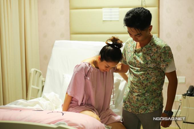 Mới sinh mổ được khoảng 2 ngày nên Khánh Thi vẫn còn yếu. Tuy nhiên, cô cố gắng đi lại thật nhiều để lưu thông khí huyết, tránh hiện tượng nước ối tích tụ trong tử cung.