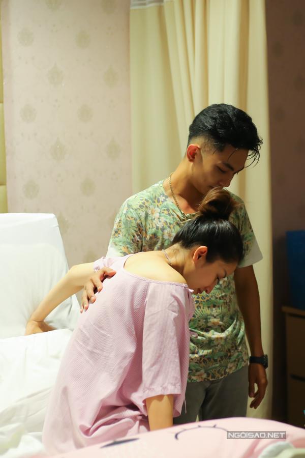 Vừa vào đến viện, Phan Hiển đã giúp vợ đứng dậy. Anh cho biết, sau hai lần chứng kiến vợ sinh mổ và trải qua nỗi đau về thể xác anh càngthương vợ hơn.