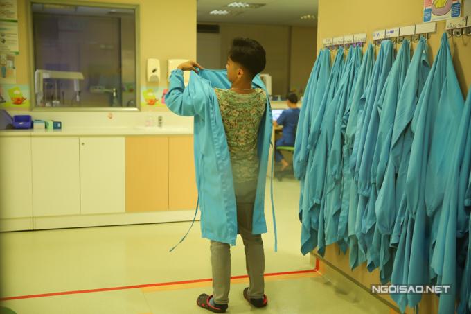 Sau khi chăm vợ, Phan Hiển vào khu vực cách ly để thăm con gái đang được chăm sóc trong lồng kính.