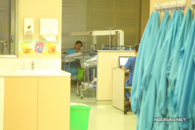 Con gái Anna ra đời sớm hơn một tháng so với dự kiến nên anh rất lo cho sức khoẻ của con.