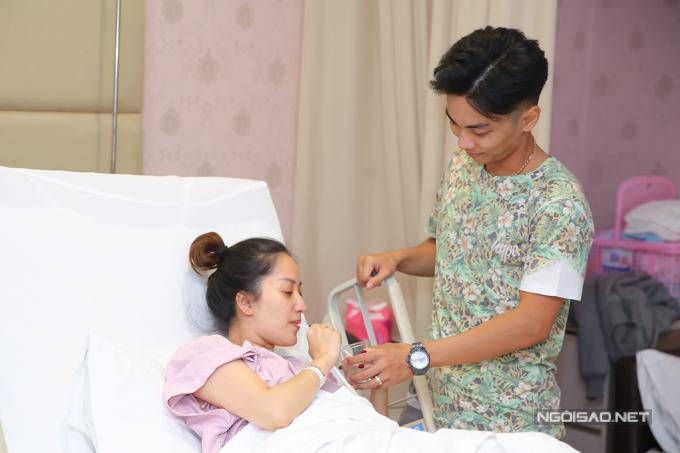 Bản thân Khánh Thi hoàn toàn thông cảm cho công việc của chồng. Cô còn khích lệ anh thi đấu thật tốt để giành huy chương vàng.