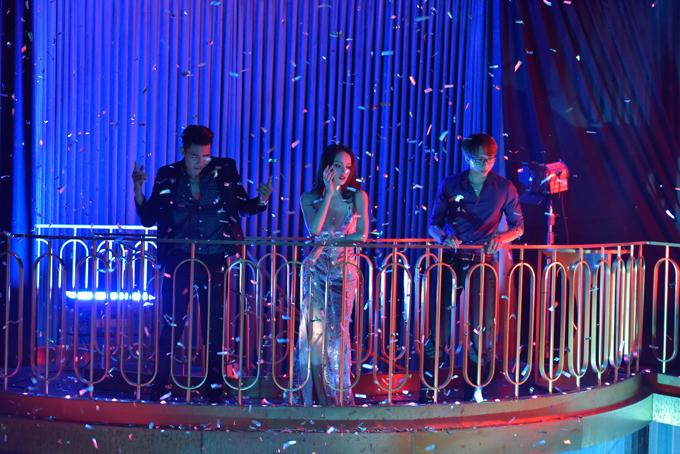 Trong video, hoa hậu chuyển giới Hương Giang diện trang phục gợi cảm giữa quán bar sang trọng khiến dàn trai Tây khó thể rời mắt.