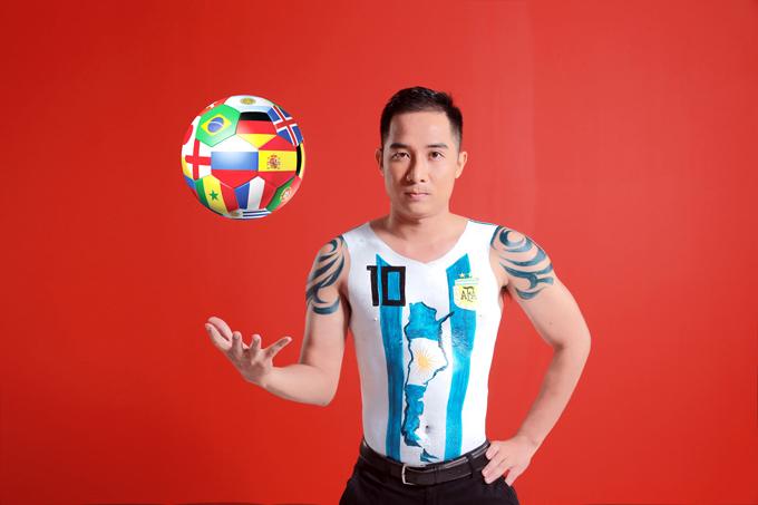 Ở bên kia chiến tuyến, bình luận viên Nguyễn Thông hóa thân thành nửa đối nghịch -Messi trong màu áo số 10 sọc xanh trắng của Argentina.