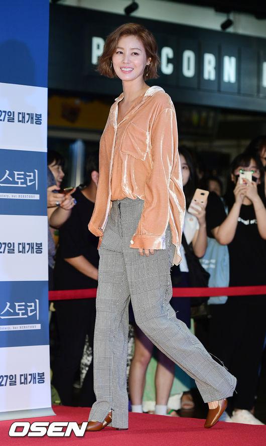 Hoa hậu quên tuổi Kim Sung Ryung cũng góp mặt tại hoạtđộng. Bất chấp tuổi 51, mẹ Kim Tan tươi trẻ, rạng ngời.