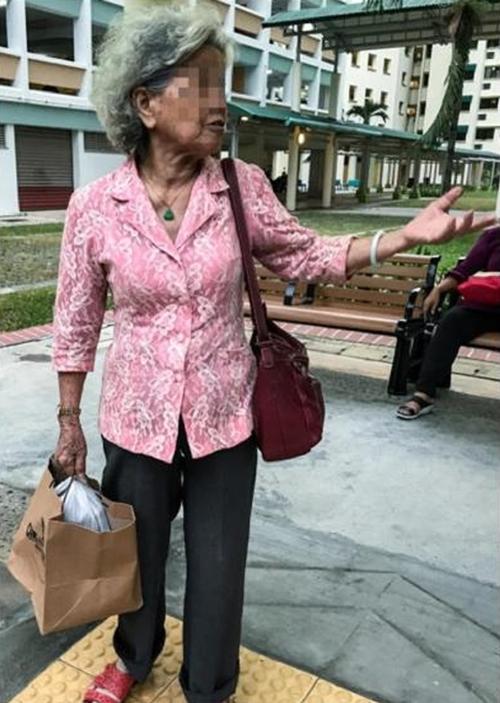 Người mẹ chia sẻ với phóng viên rằng con gái bà ở trong nhà cả ngày kể từ khi chồng mất, nếu bà không mang cơm, chị ta sẽ ăn gì để sống?