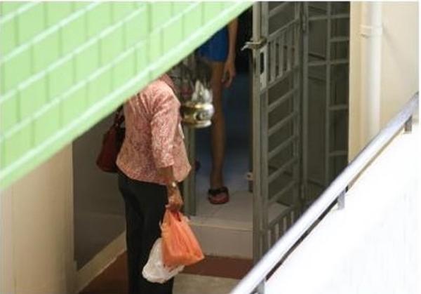 Người mẹ 70 tuổi vượt quãng đường 30 km (cả đi và về), leo 7 tầng cầu thang để mang cơm cho con gái.