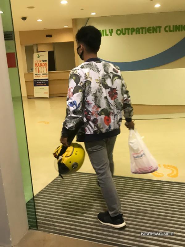 Đúng thời điểm Khánh Thi sinh con thứ hai, Phan Hiển có lịch thi đấu khiêu vũ thể thao nên anh gần như không sắp xếp được thời gian để có thể túc trực tại bệnh viên và chăm sóc cho vợ con. Khoảng 22h đêm hôm qua (14/6), sau khithi đấu dance sport tại Đồng Nai, anh đi mô tô khoảng 20km vềBình Dương để tranh thủ thăm vợ con.