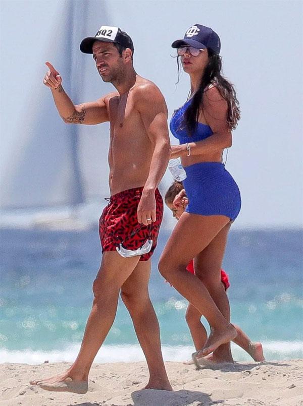 Fabregas và Daniella Semaan tận hưởng kỳ nghỉ ở biển sau khi mùa giải kết thúc. Cặp đôi cũng vừa tổ chức đám cưới sau nhiều năm bên nhau và có ba đứa con chung.