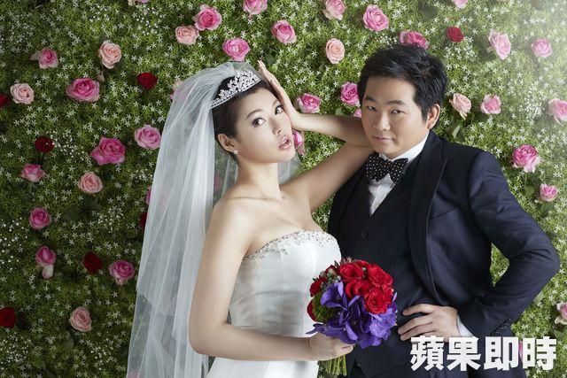 Ân Kỳ tiết lộ, bộ ảnh cưới được chụp ở studio vì cô không thích cầu kỳ chụp ảnh ngoài trời ở nước ngoài. Cô dâu thay 4 bộ váy trong suốt buổi chụp hình.